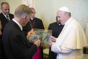 Relatiegeschenk van de International Skating Union aan Paus Franciscus in Rome